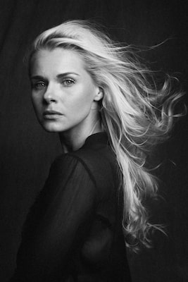 steffen-boettcher-sony-alpha-9-black-and-white-portrait-of-a-blond-haired-lady