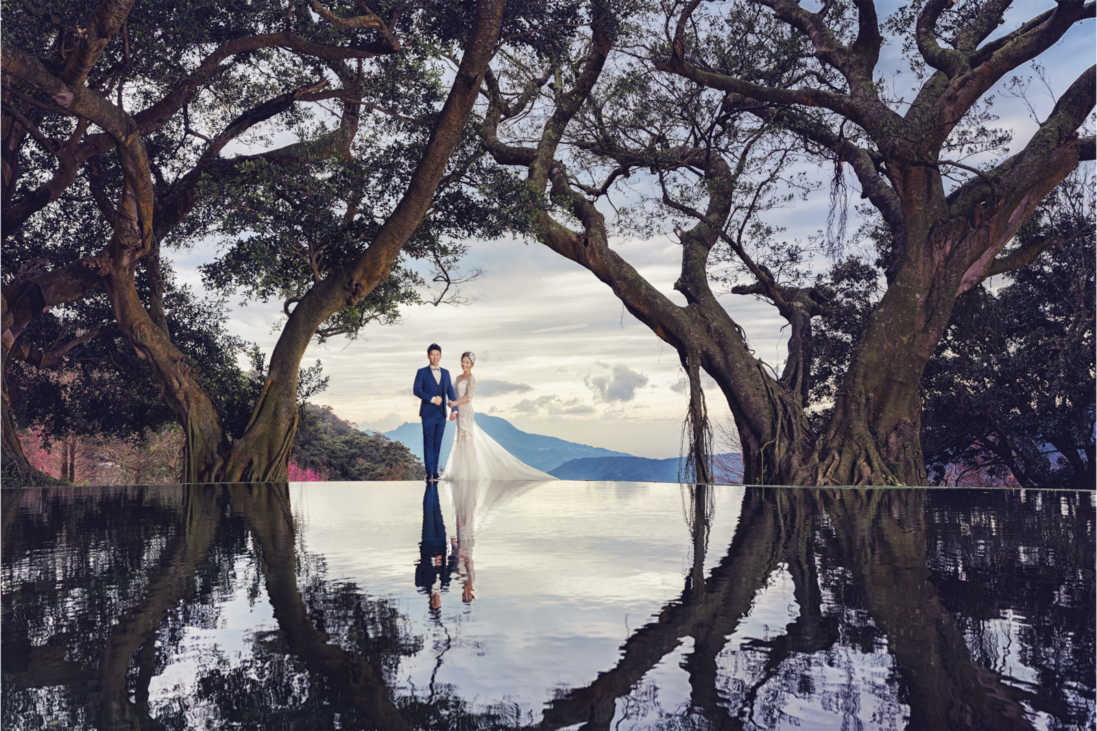 wedding couple posing by pool with reflection alpha 7RIII